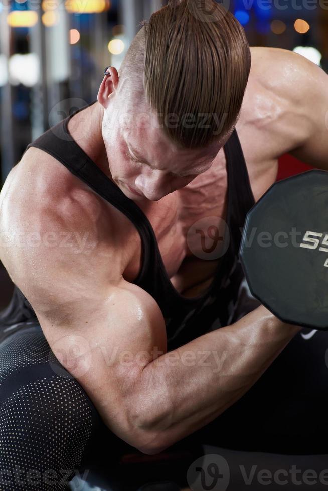 bíceps en el gimnasio c foto