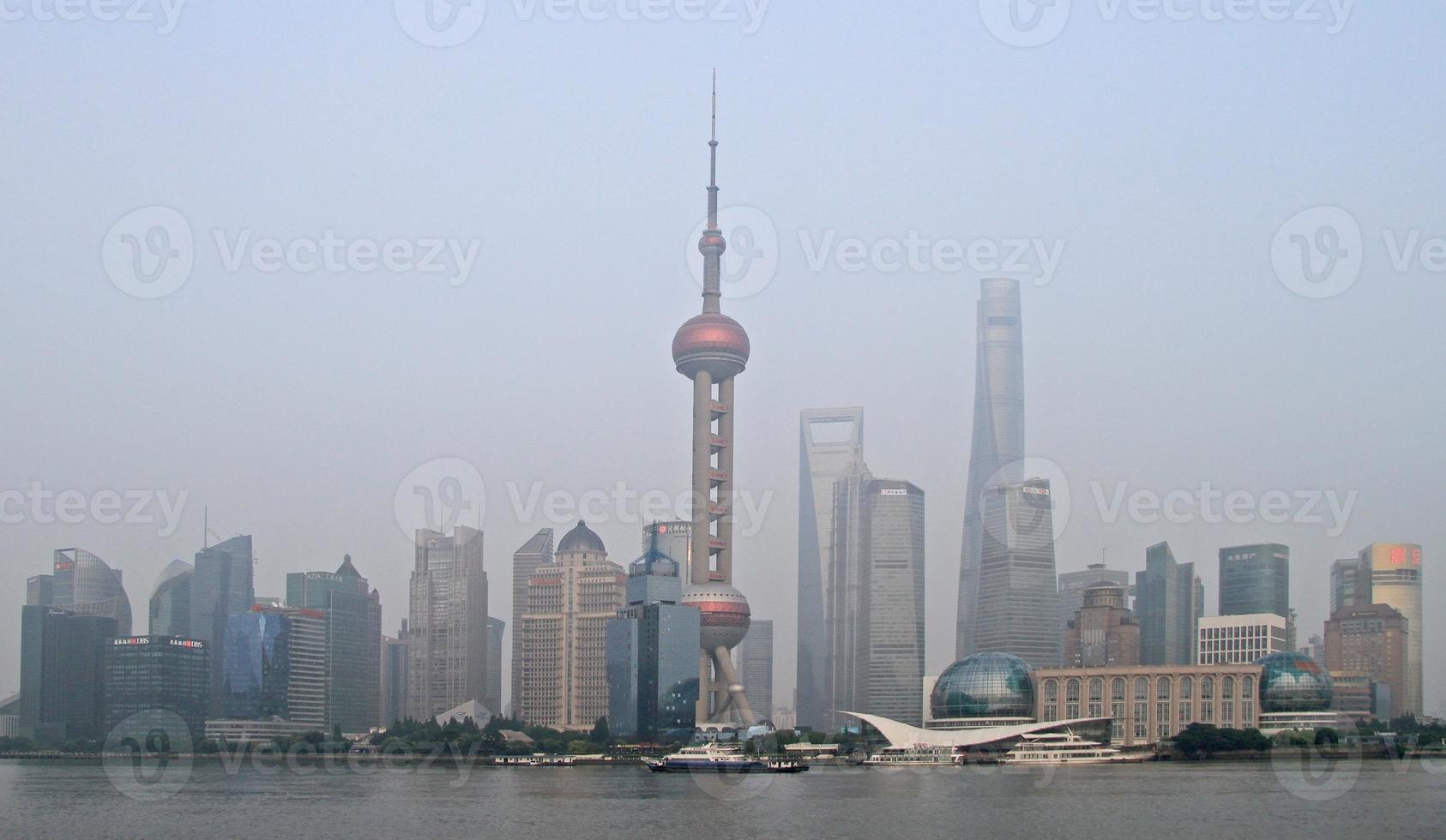 Torre de la perla y otros rascacielos en Shangai foto