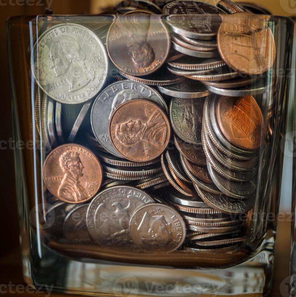 frasco de ahorro lleno de monedas foto