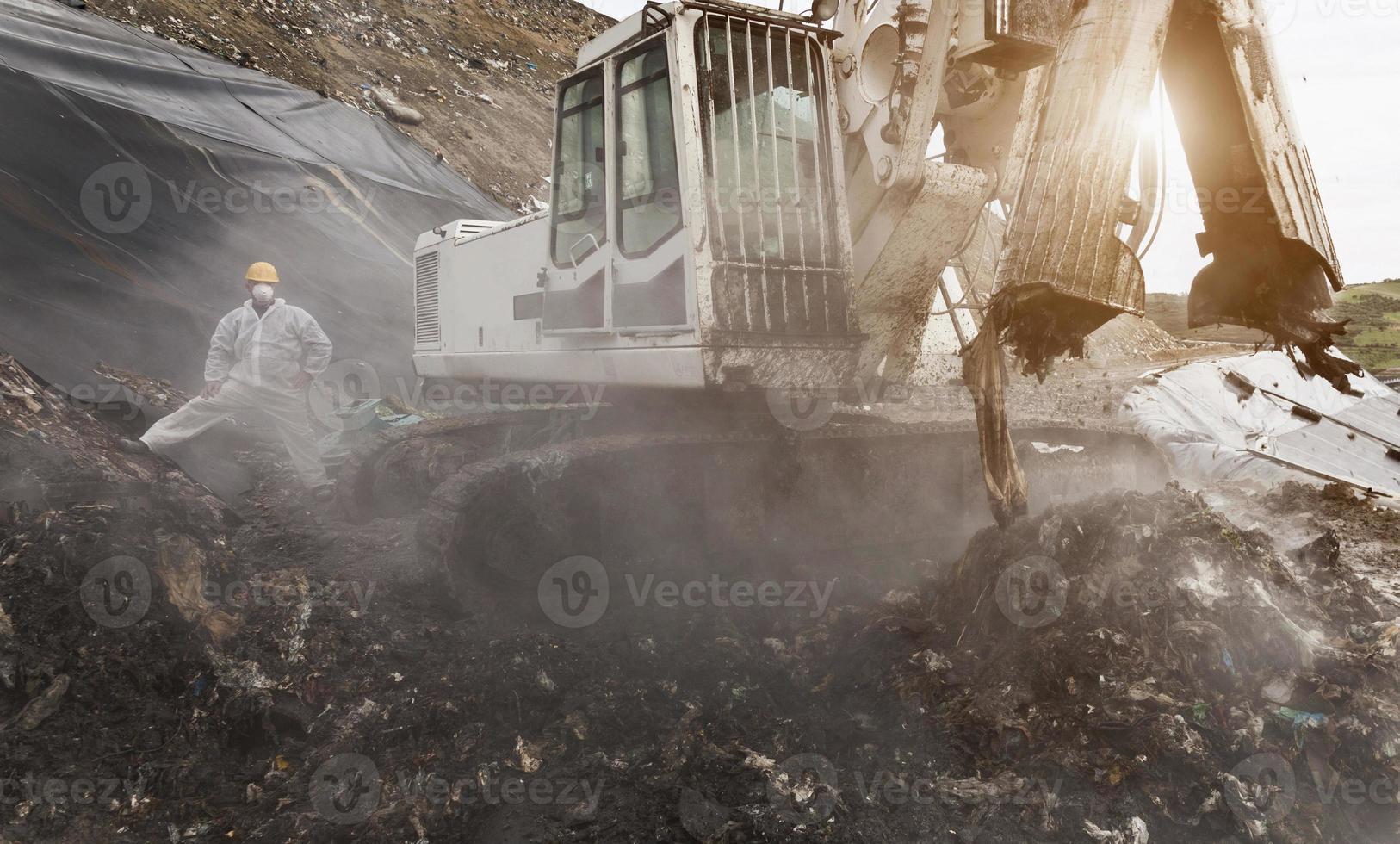excavadora en el centro de recolección de basura foto