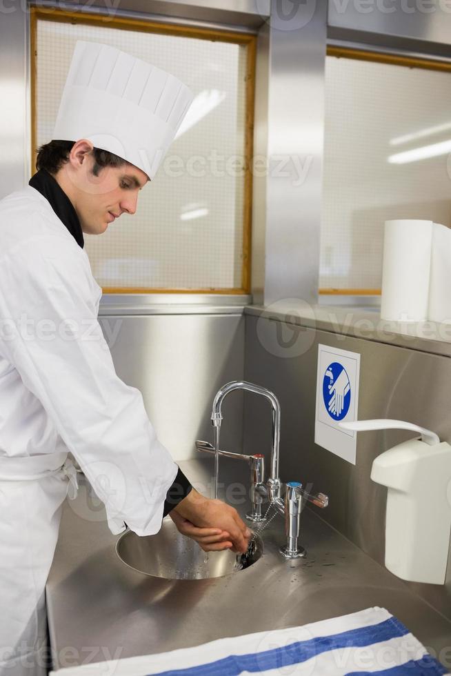 chef concentrado lavándose las manos foto