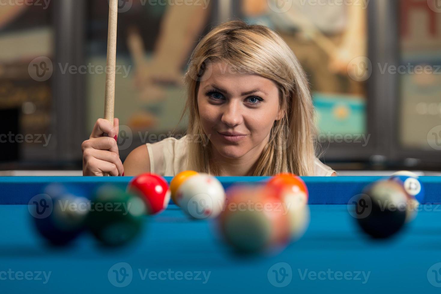las mujeres jóvenes se concentran en la pelota foto
