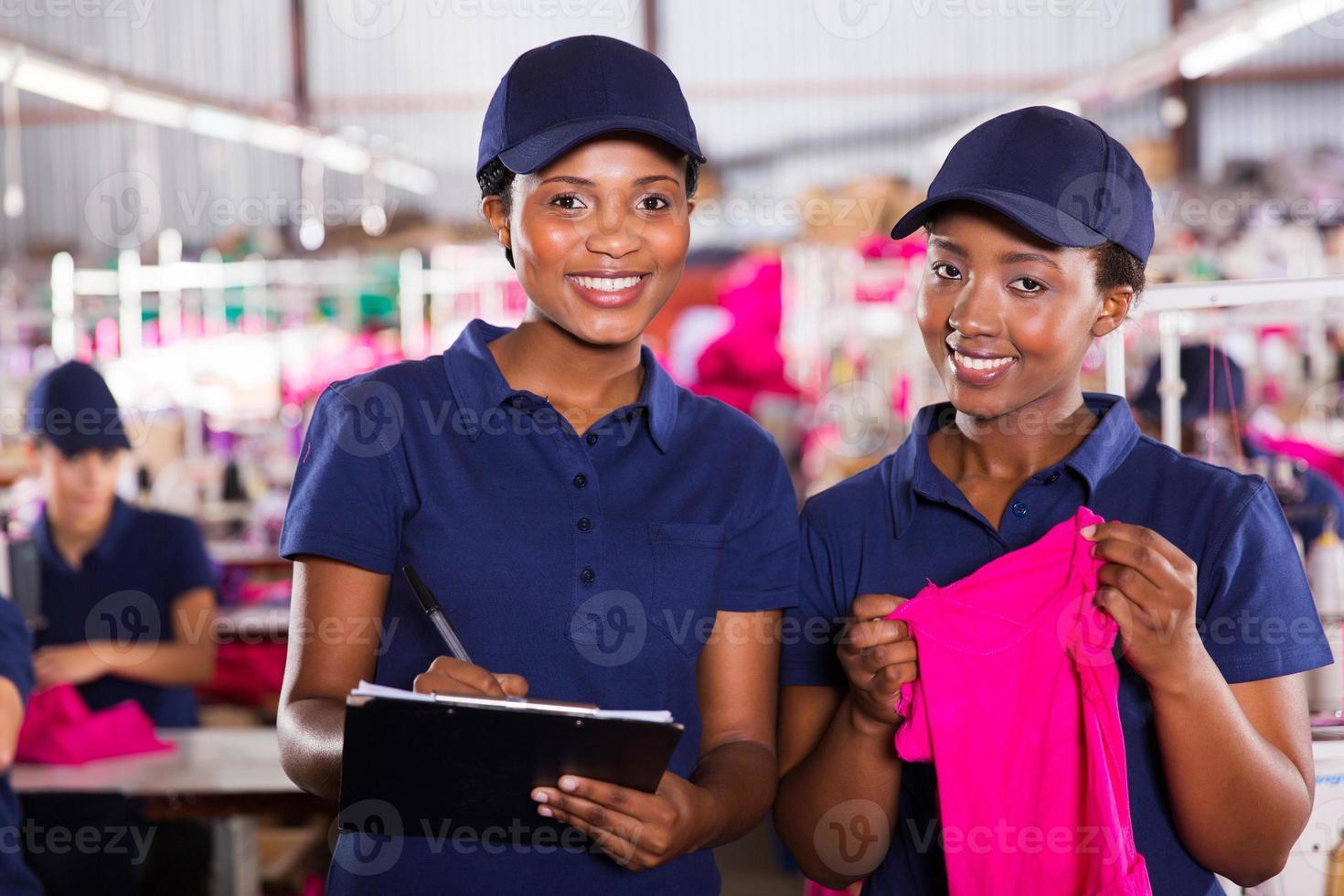 jóvenes compañeros de trabajo de la fábrica textil africana foto