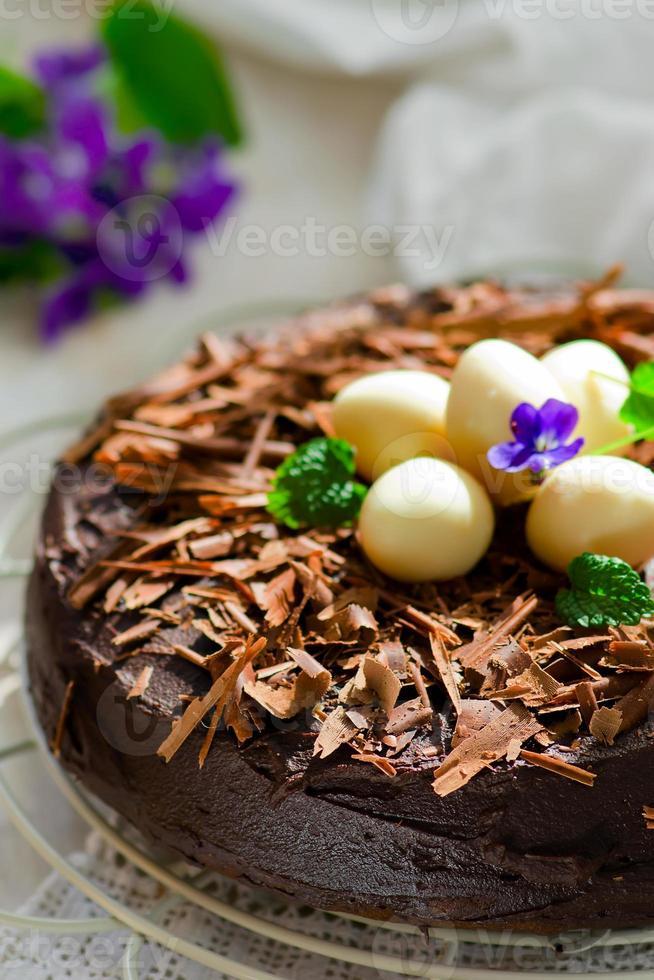 tarta de chocolate con decoración de pascua foto
