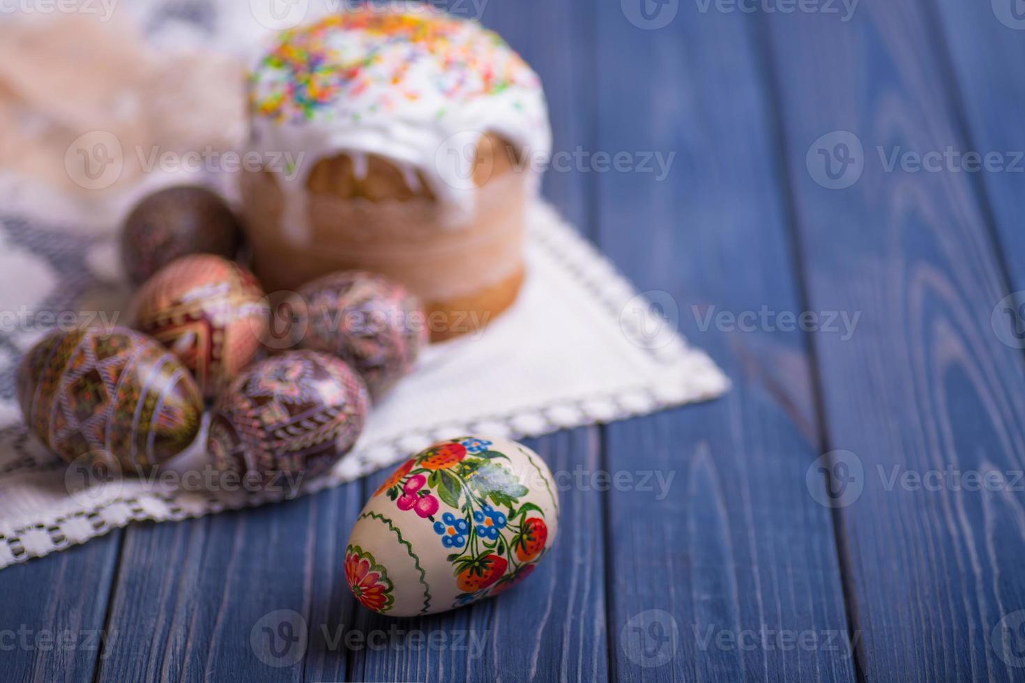 tradicional pastel de pascua kulich ucraniano ruso con huevos de colores foto