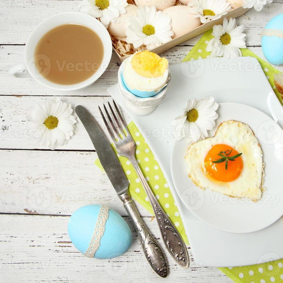 mesa de pascua con flores y huevos foto