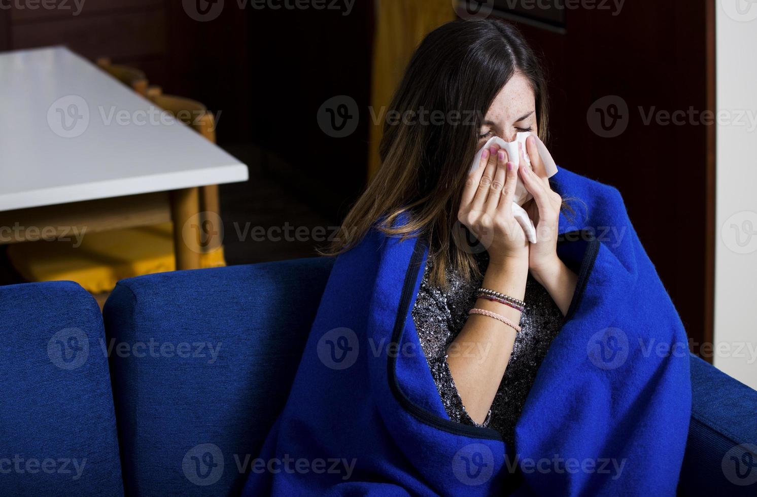 joven enferma está tosiendo y soplando foto