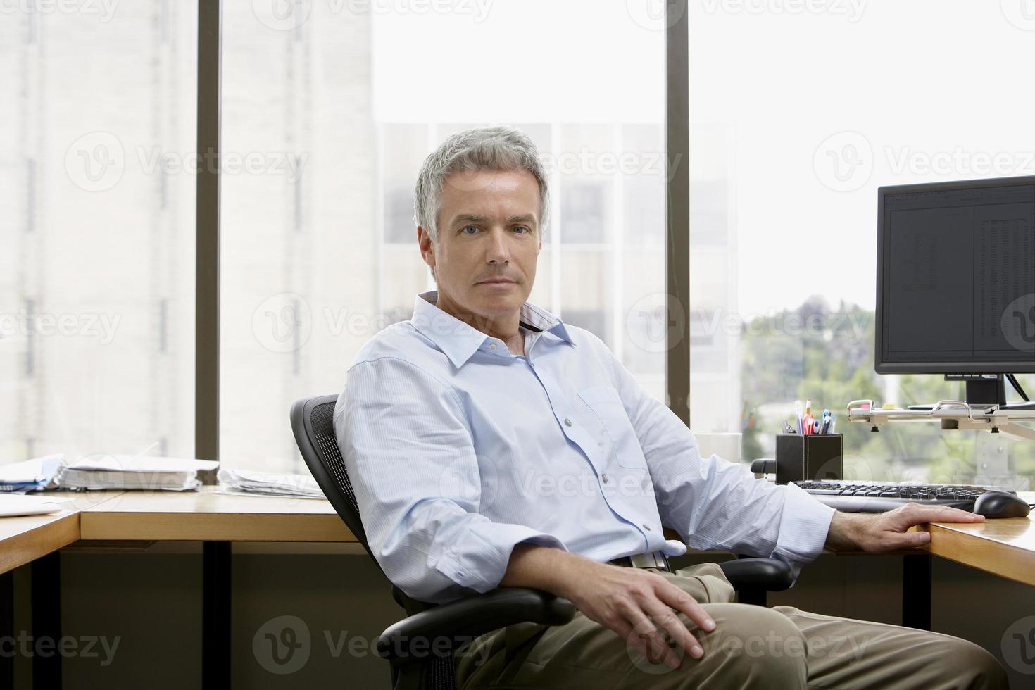 empresario sentado en la oficina foto