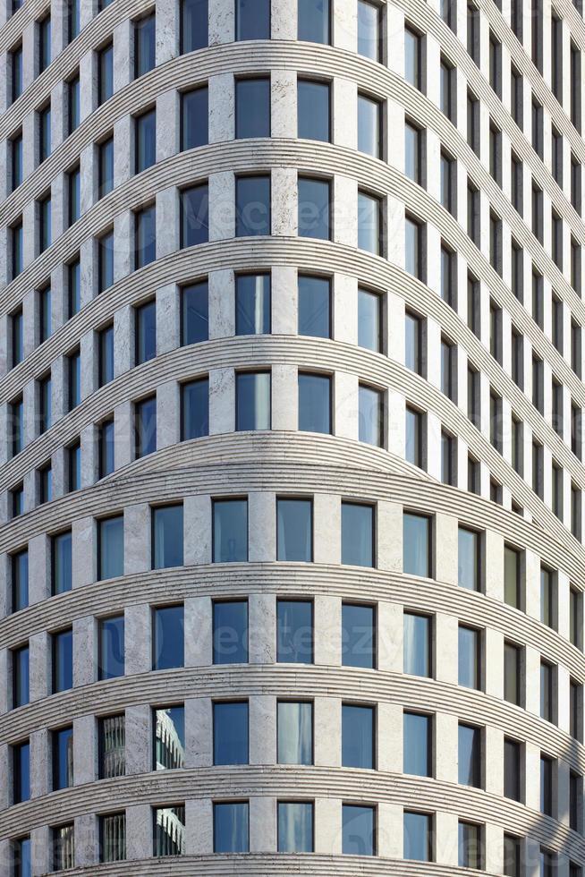 edificio con fachada de oficinas foto