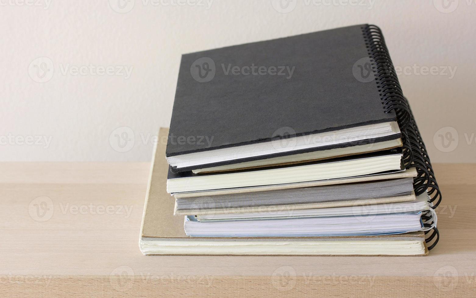 pila de cuaderno de espiral foto