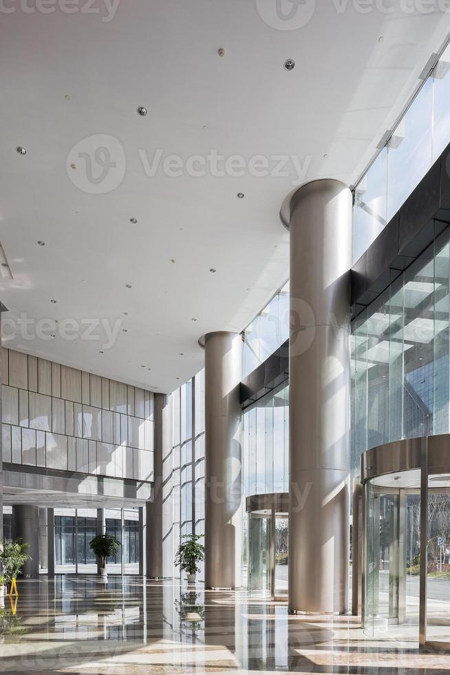 Sala vacía en el moderno edificio de oficinas. foto