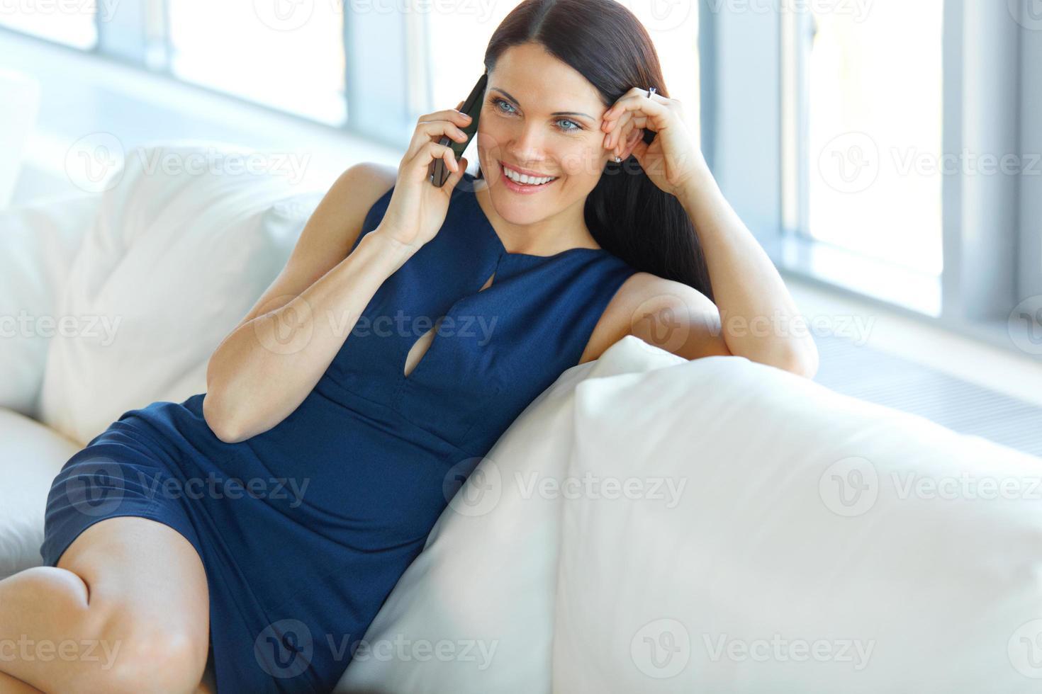 mulher de negócios, falando no celular no escritório. foto