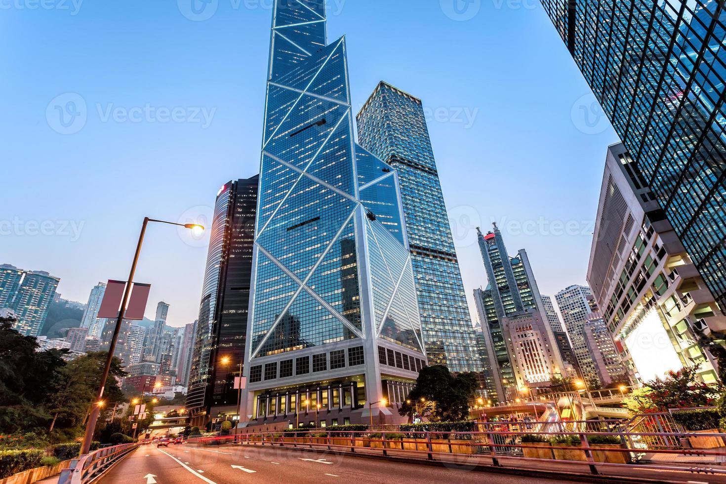 senderos de semáforo y edificios de oficinas en la ciudad moderna foto
