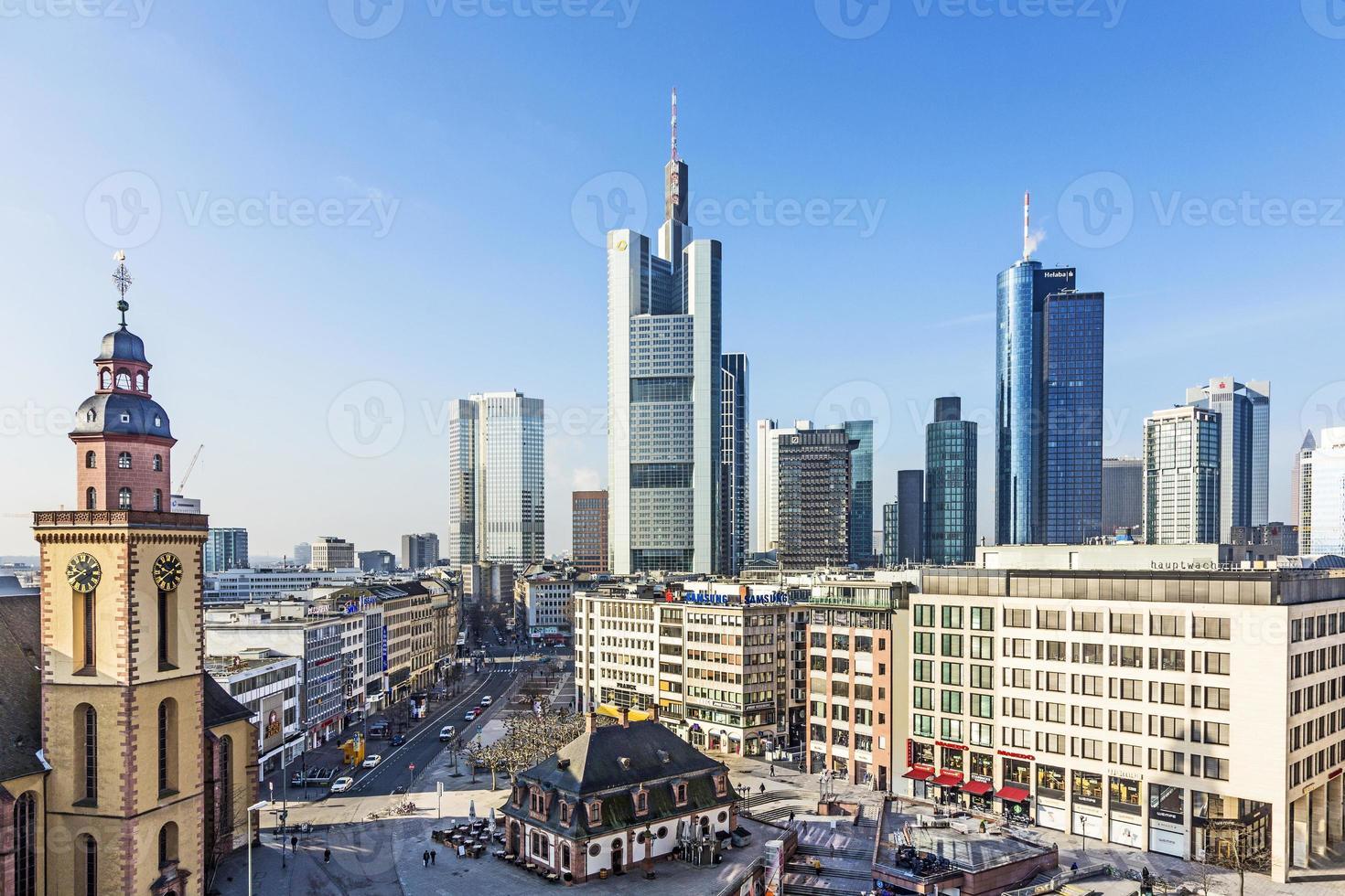 Plaza Hauptwache rodeada por el horizonte de Frankfurt en Alemania foto