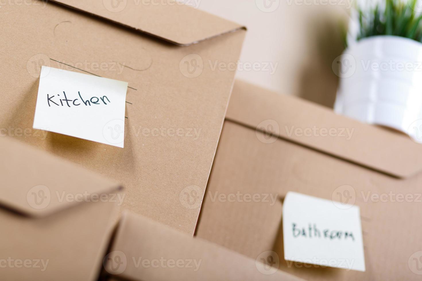Montón de cajas de cartón marrón con artículos para el hogar o la oficina foto