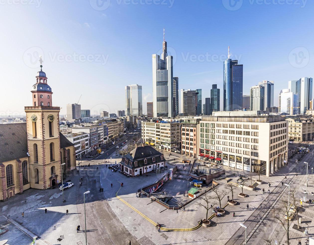 Plaza Hauptwache y modernos skyscarpes en Frankfurt foto