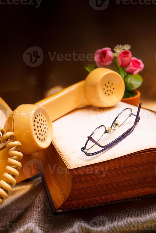 Teléfono retro y libro antiguo. foto