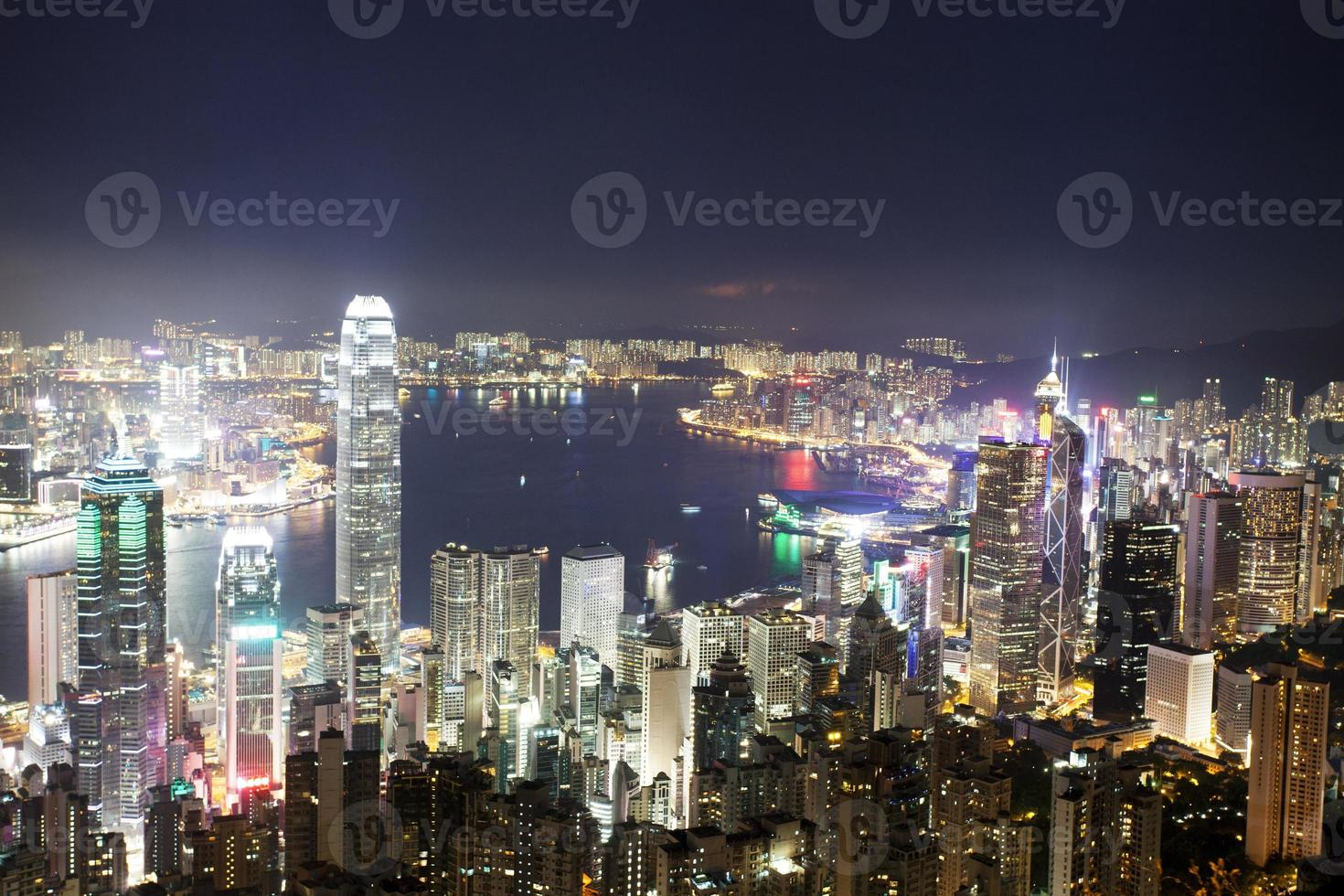 Horizonte y paisaje urbano de la ciudad moderna de Hong Kong en la noche foto