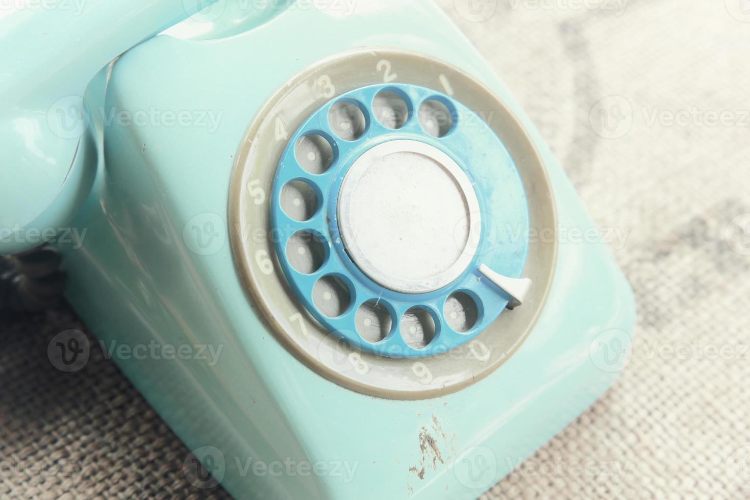 Teléfono rotatorio retro en textura de lino natural foto