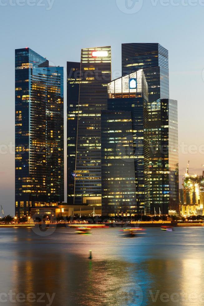 paisaje urbano de Singapur en la noche foto