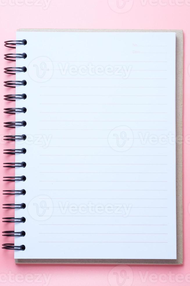 cuaderno sobre fondo rosa foto