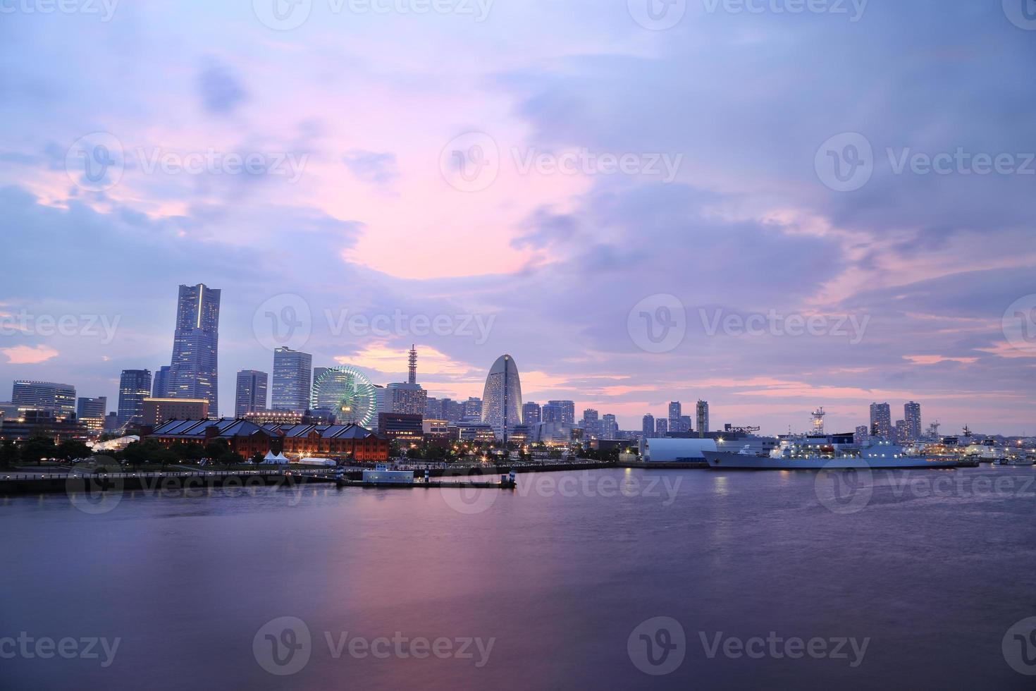 vista de marina bay en la noche en la ciudad de yokohama foto