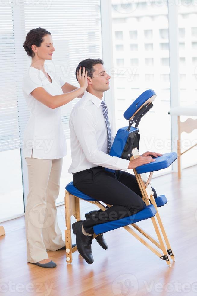 empresario con masaje de cabeza foto