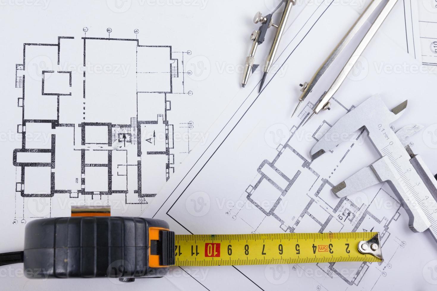 proyecto arquitectónico, planos, compás divisor, pinzas, lápiz, calculadora en planos foto