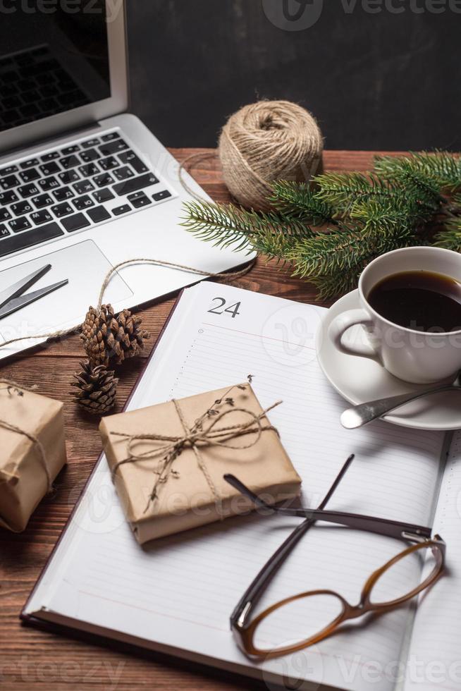 taza de café con cuaderno y regalos foto