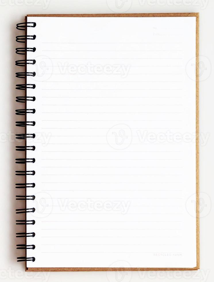 Cuaderno de reciclaje abierto sobre fondo blanco. foto