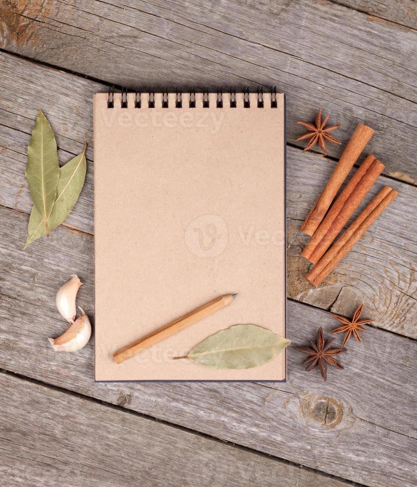 Bloc de notas en blanco sobre mesa de madera foto