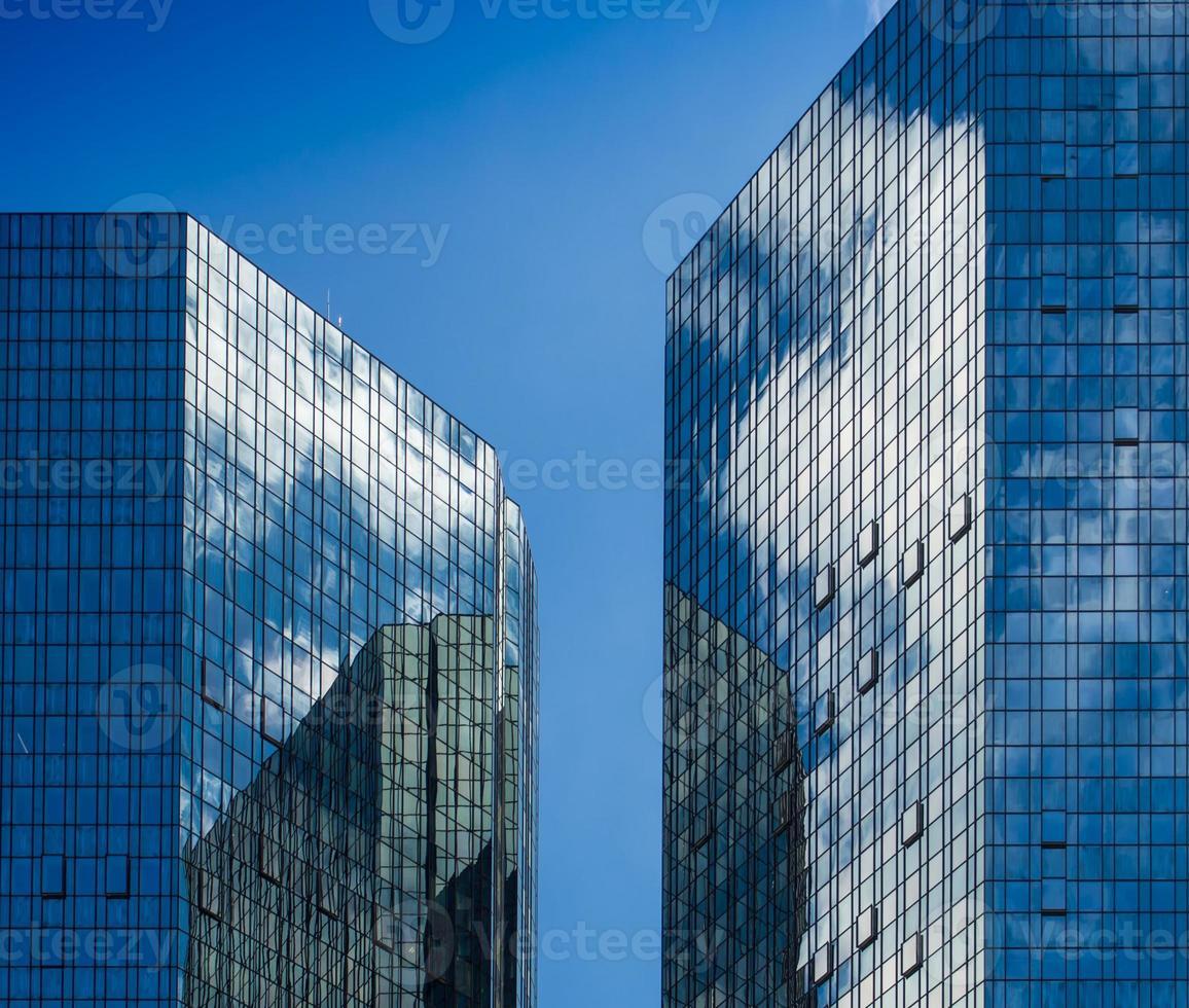 fachadas de edificios comerciales con reflejo del cielo, frankfurt foto