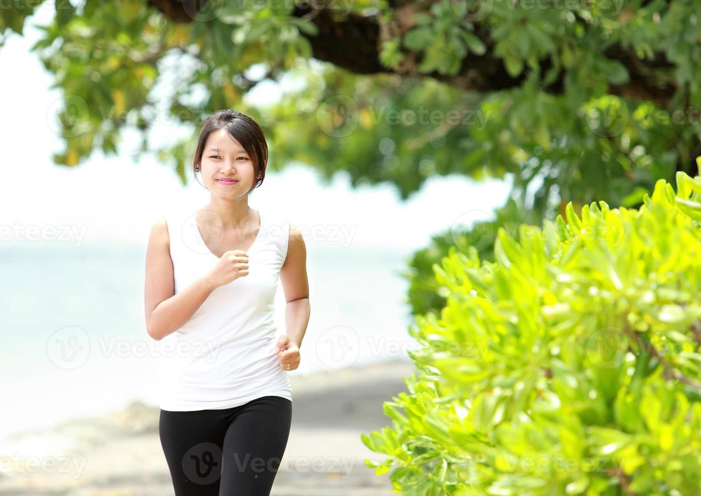 niña corriendo en la playa foto