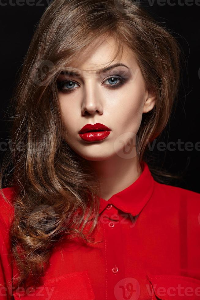 hermoso retrato de mujer con cabello rizado foto