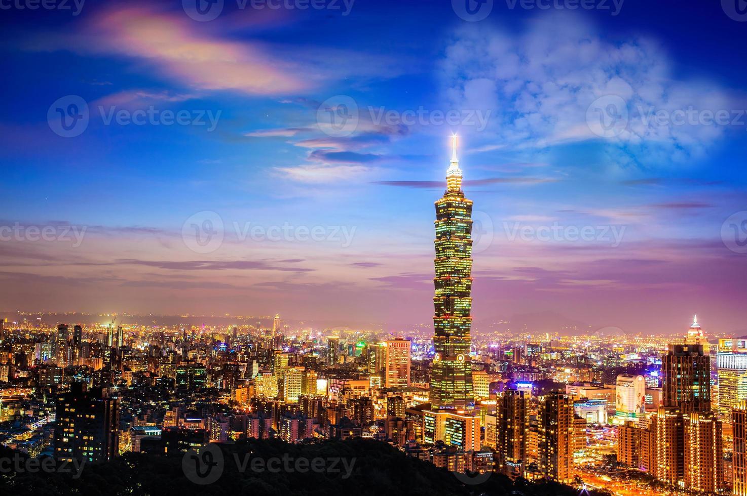 Taipei, Taiwán horizonte de la noche. foto