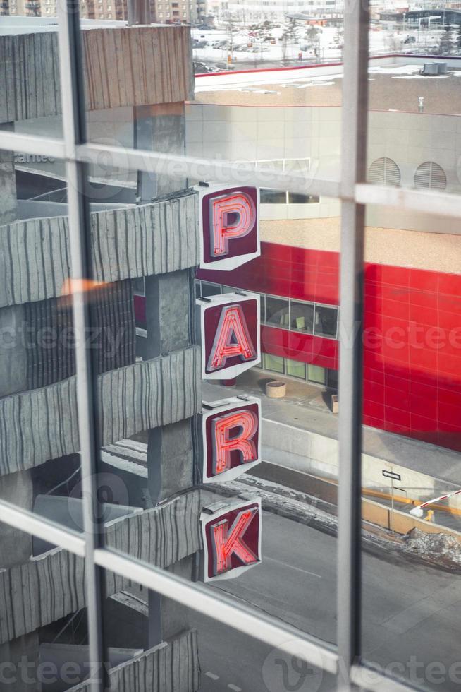 cartel del parque reflejado en la ventana foto