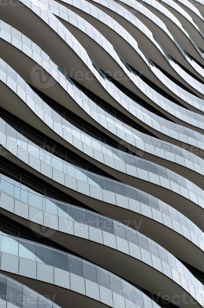 diseño de fachada de olas: balcones como olas fluyen elegantemente. foto