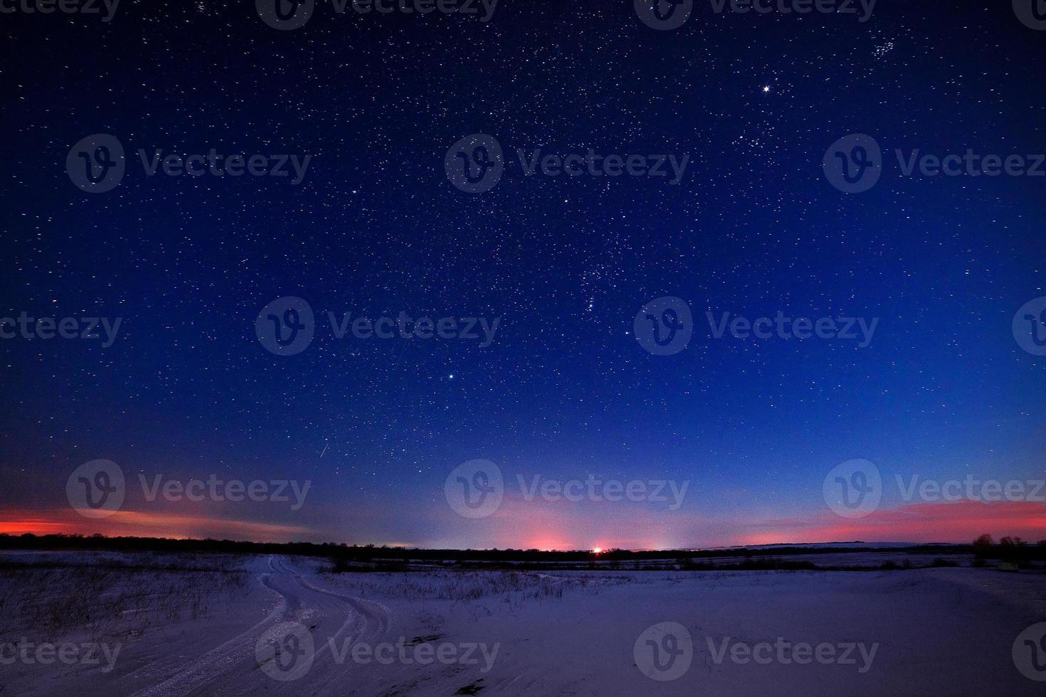 estrellas en el cielo nocturno foto