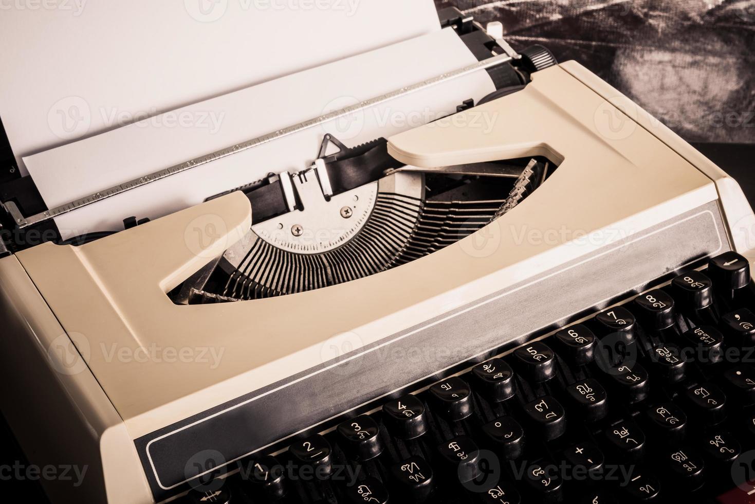 vieja máquina de escribir con papel foto