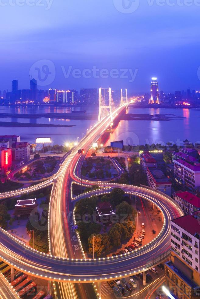 vista nocturna de la ciudad foto