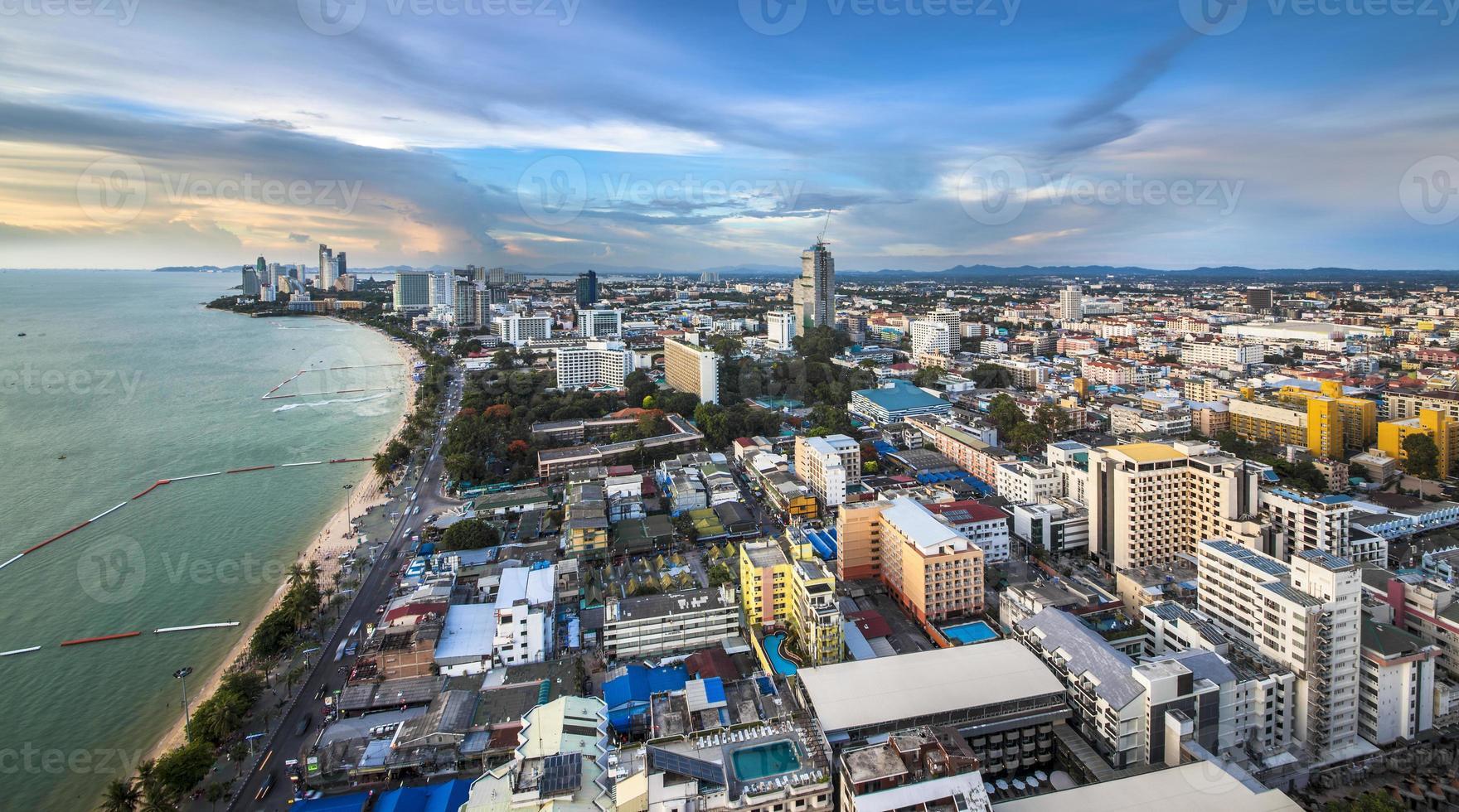 Horizonte urbano de la ciudad, la bahía de Pattaya y la playa, Tailandia. foto