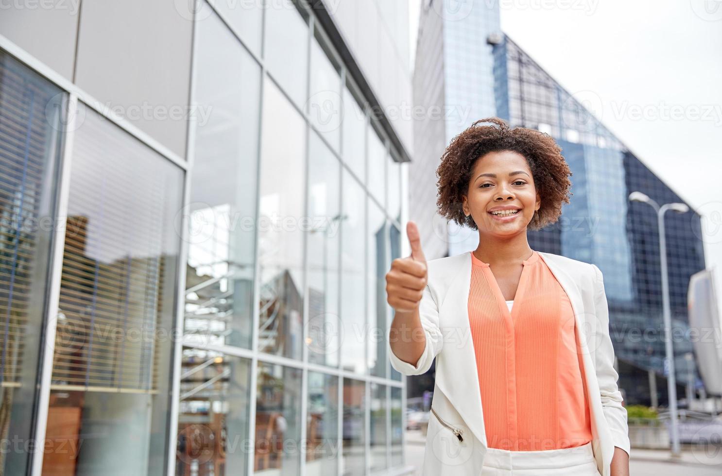 feliz joven empresaria afroamericana en la ciudad foto