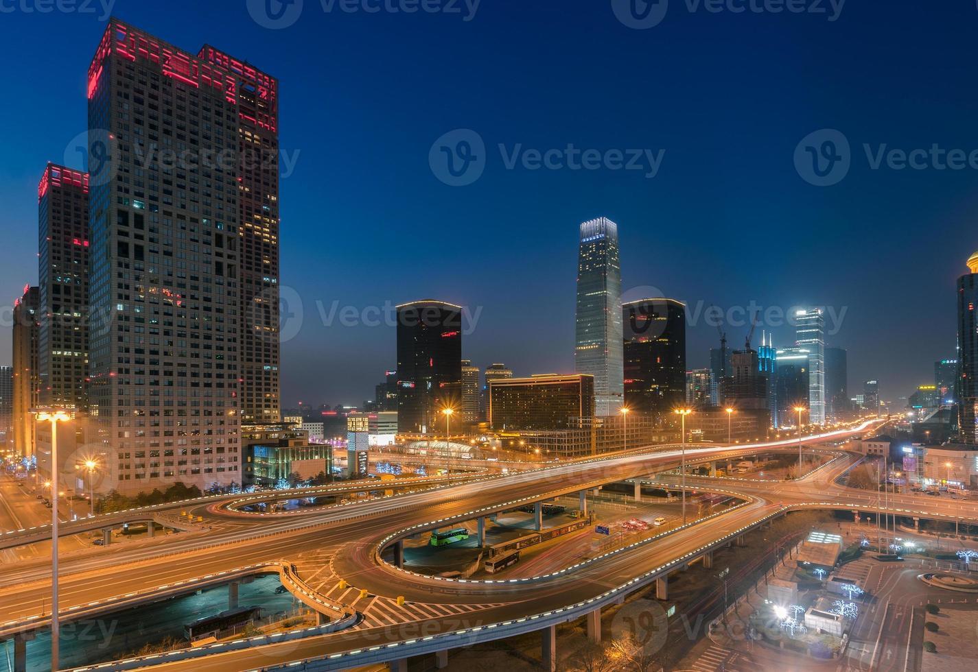 horizonte urbano crepuscular de beijing, la capital de china foto