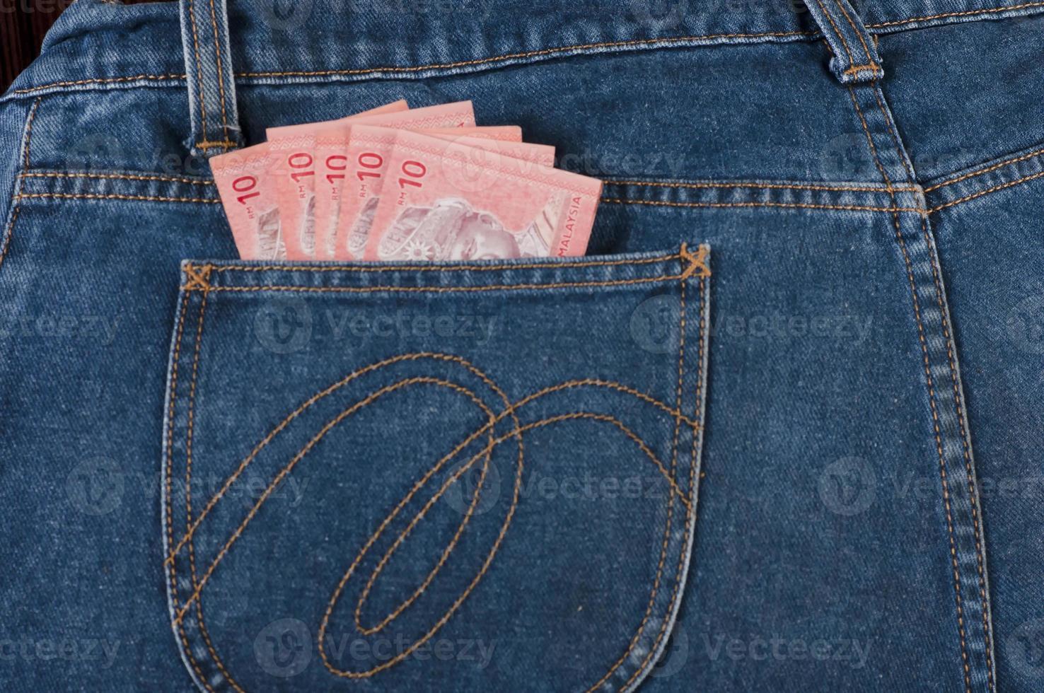 Billete de malasia en el bolsillo de jeans foto