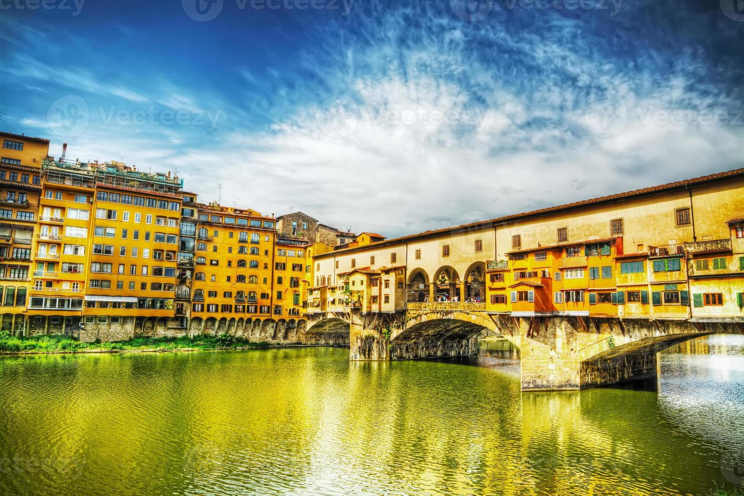 Ponte Vecchio visto desde Arno Bank en Florencia foto