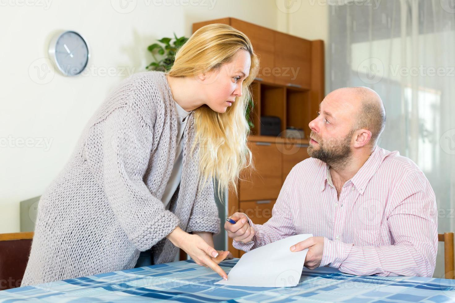pareja casada rellenando formularios foto