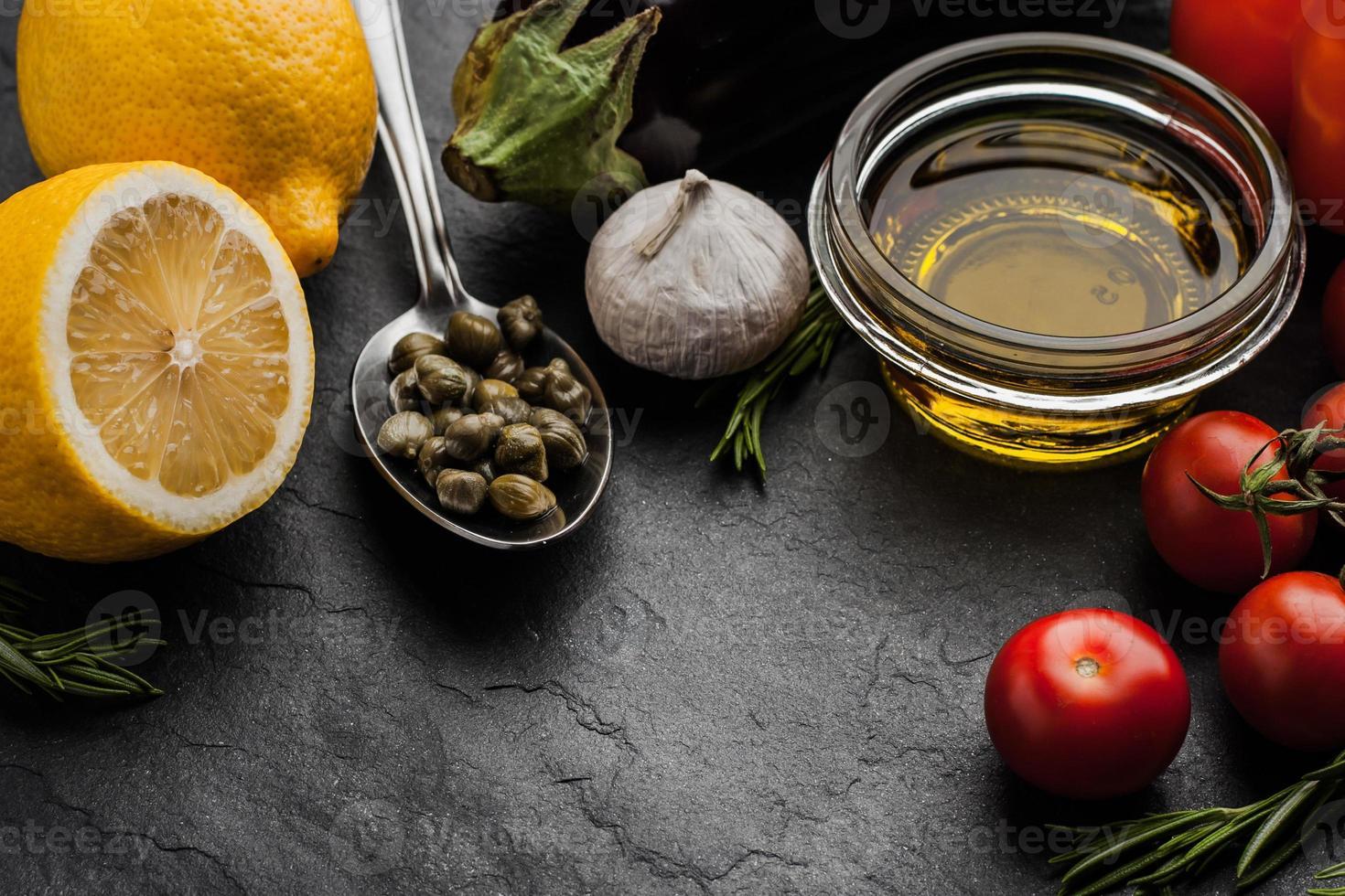 aceite de oliva con verduras, limón y alcaparras foto
