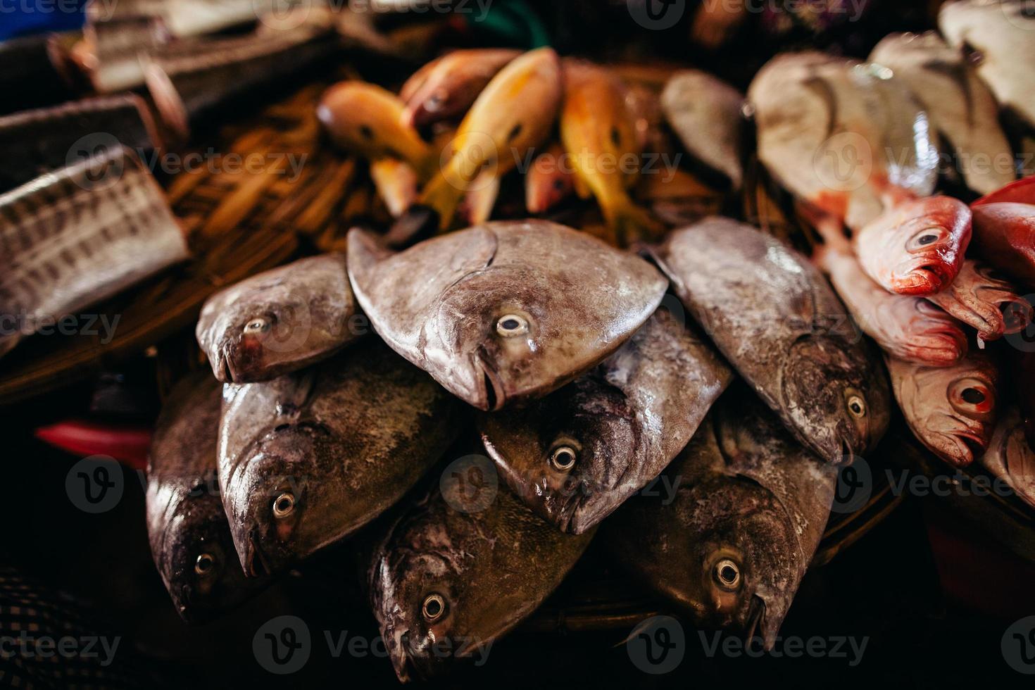 pescado crudo rebanado y cortado en el mercado de la calle foto