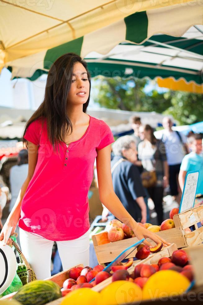 Mujer joven sana compras agricultores mercado orgánicos frescos frutas verduras foto