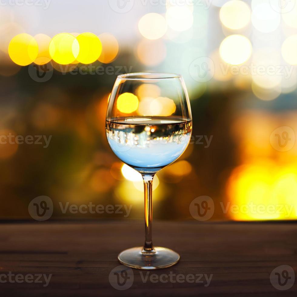 vaso sobre la mesa foto